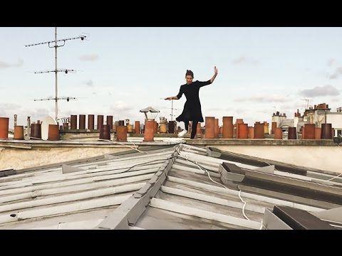 Cette Parisienne fait l'acrobate sur les toits de Paris. Elle pirouette à 30…