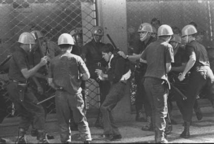 Durante o regime, a polícia assumiu um papel profundamente militar: qualquer sugestão de que seu objetivo era proteger e defender o público agora desapareceu.