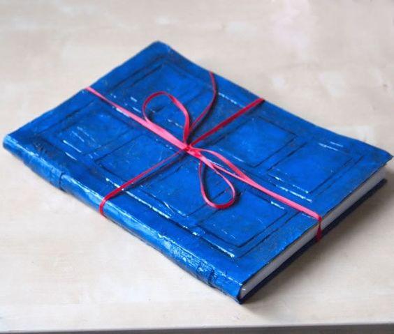 Eres fanático del Doctor Who y te gustaría tener una Tardis... observa cómo converti tu cuaderno o libreta en una Tardis para guardar todas tus anotaciones...