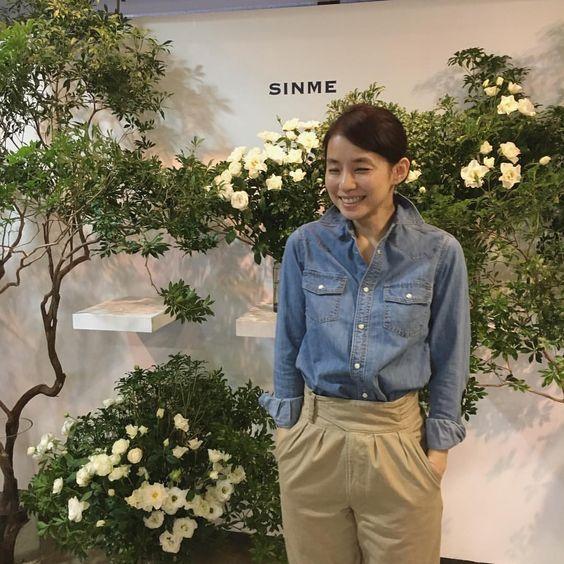 デニムシャツの石田ゆり子