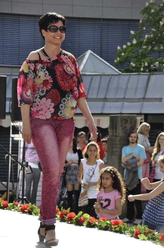Frau Grau in Rot. Sigrid Grau in Ihrer #Rot-Kombination. Ein harmonischer und stimmiger Farbverlauf. Die hellere Waschung der #Jeans verleiht Ihr schöne lange Beine. Leider fehlen zur Komplettierung Ihres Outfits noch Accessoires, z.B. eine Tasche. #Reutlingen #LadiesDay #Shopping #Lady #Mode #Fashion #Flowerprint