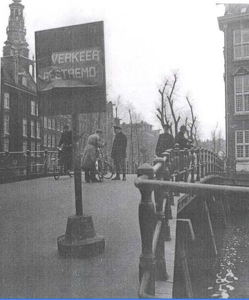 1941 - 1941. Checkpoint on the bridge of Kloveniersburg between Rusland en Raamgracht. In the background the Zuiderkerk. Foto: Charles Breijer.  #amsterdam #worldwar2