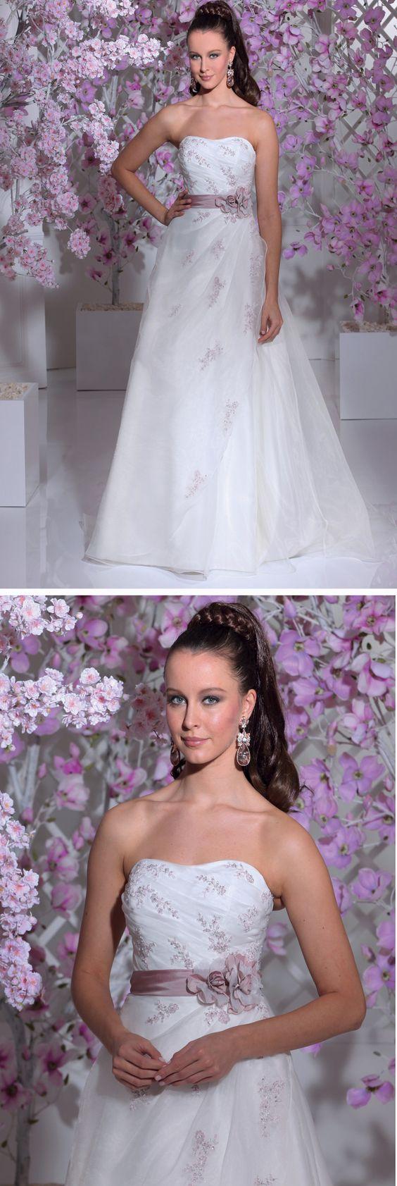 """Isabel de Mestre - Miss Isabel Kollektion 2016: Brautkleid """"Honduras"""" trägerlos in A-Linie mit rosa Verzierungen und Gürtel."""