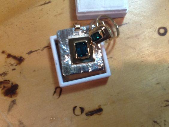 Dije y anillo con Esmeraldas, bisel de oro sobre placa de plata técnica reticulado...trabajo muy especial por tratarse de un regalo para mi mamá.