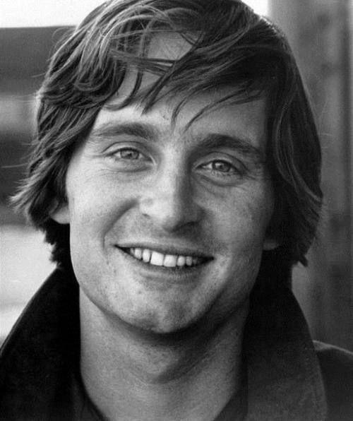Michael Douglas muy joven y sonriente: