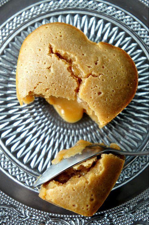 Coulant Spéculos : Préchauffer le four à 200°C.  Fouetter 2 œufs avec 40g de sucre jusqu'à ce que le mélange double et blanchisse. Faire fondre ensemble 50g de beurre et 80g de pâte de speculoos au micro-onde. Ajouter ce mélange au précédent et bien mélanger. Ajouter enfin 40g de farine et 1 càc de crème fraîche.Verser la pâte dans 4 ramequins (ou moules en silicone) et enfourner pour 10 minutes.