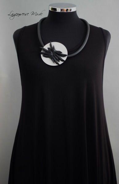 Halskette Modekette Kautschukkette kleine Blüte schw//kristallklarer Strass NEU