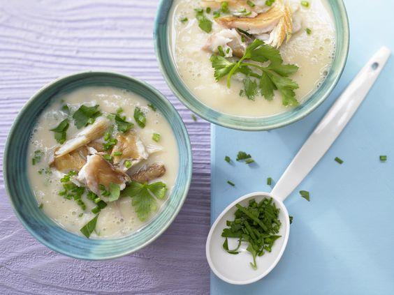 Kostet statt Fleischklößchen mal Räucherfisch als Einlage – es lohnt sich! Blumenkohlcremesuppe - mit Makrelenfilet - smarter - Kalorien: 256 Kcal - Zeit: 15 Min. | eatsmarter.de