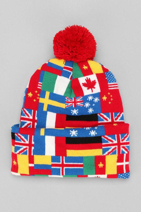 Es una gorra rojo y azul y negro y amarillo.