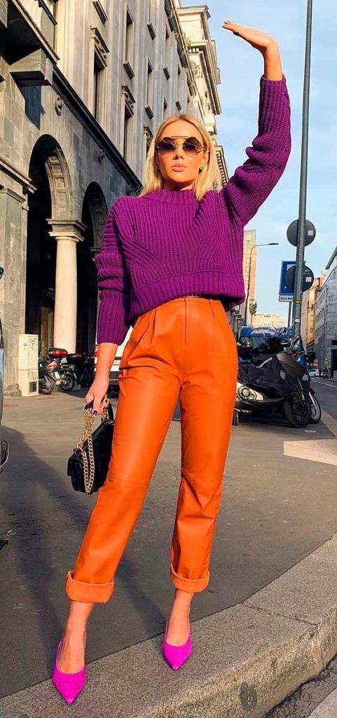 #GuitaModa. Suéter violeta, calça de couro laranja, scarpin lilás