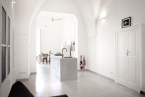 Das Koch-Ess-Wohn-Zimmer: 12 Meter lang, 4,70 m Deckenhöhe, gotische Bögen. / / / / / / / / / casapolpo.com (Ferienwohnung) CASA POLPO appartamento #italien #apulien #monopoli #puglia #italia #urlaub #ferienwohnung #casapolpo