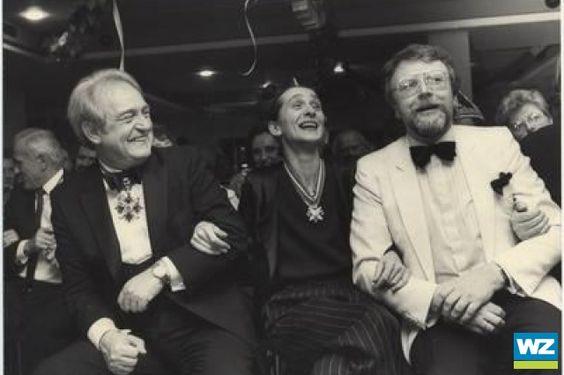 Pina Bausch mit Johannes Rau (li.) und Heinz-Theodor Jüchter, ehemaliger Kulturdezernent der Stadt Wuppertal,bei der Verleihung des Toleranz...