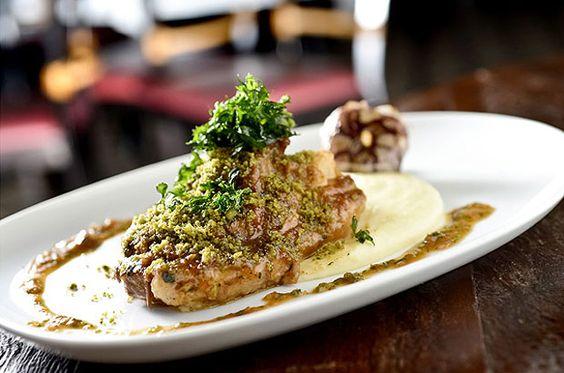 Ossobuco de javali com purê de batatas e alho assado, prato do restaurante Lupercio (Foto: Tadeu Brunelli / Divulgação)