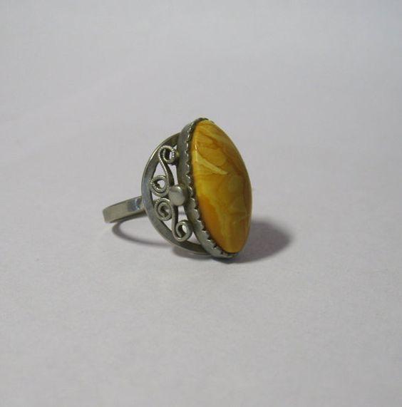 Vintage bague avec cabochon en plastique / ton anneau métal argenté