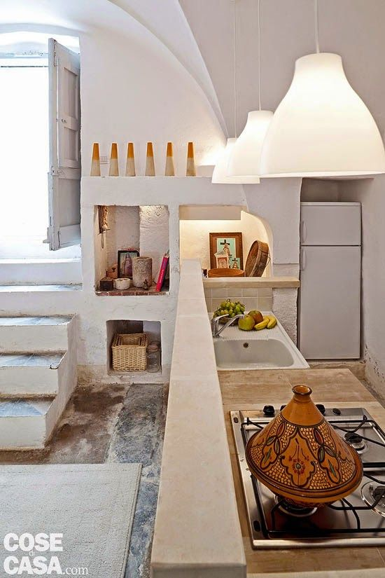 kitchen pinned by barefootstyling.com We go to Italy, to the region of Puglia in particular. And the house this weekend is a carefully restored traditional building in which it was tried by all means to maintain its original style.: