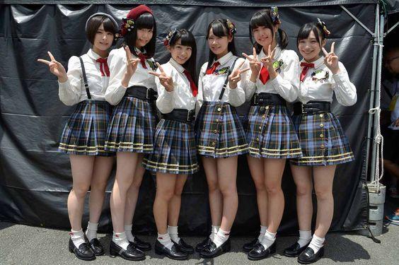 超ミニスカ衣装で太もも丸出しのAKB48メンバー(佐藤栞ほか)