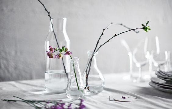Faça um centro de mesa usando ramos sem folhas e jarras de vidro.