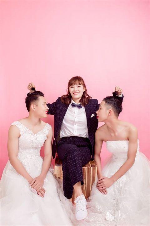 Hai em trai mặc váy cô dâu để cho chị gái làm