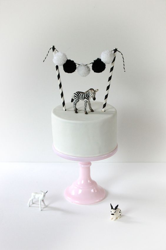 white cake with pompom garland, cakebunting black&white www.lepetitbiscuit.nl