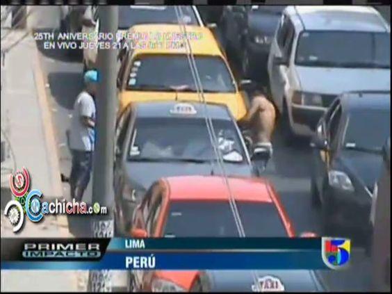 Dos jovenes atracando en plena luz del dia en un semaforo #Video - Cachicha.com