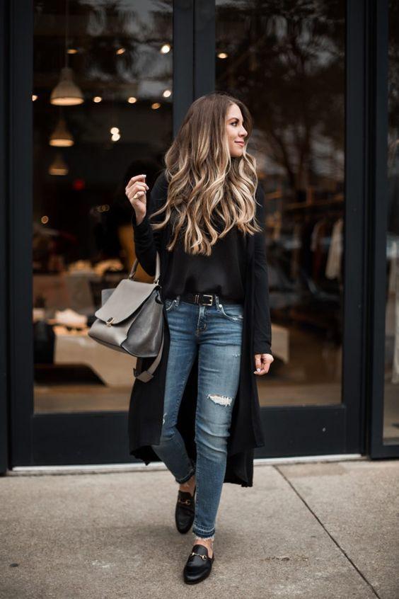O cardigan é daquelas peças atemporais que pode ser usado com qualquer look, desde combinações com short jeans, saia, calça jeans ou alfaiataria, vestido, etc. Vocês acreditam que a peça já possui mais de 160 anos? Pois é, desde que surgiu ele sempre passou por várias atualizações, mas sempre se manteve semelhante ao original casaquinho de malha com botões. Confira o post completo! Look calça jeans, blusa preta, maxi cardigan preto e mule.