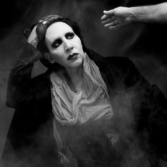 手を見つめるMarilyn Manson