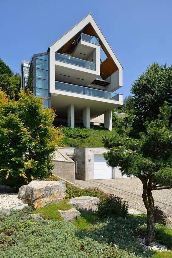 Viel Wohnfläche, zahlreiche Außenbereiche, Komfort und Stil und das alles auch noch an einer steilen Hanglage? Dieses Projekt war eine große Herausforderung.