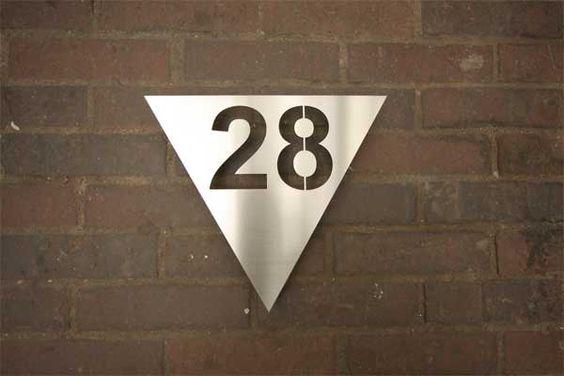 Dreieckige gelaserte Hausnummer aus Edelstahl