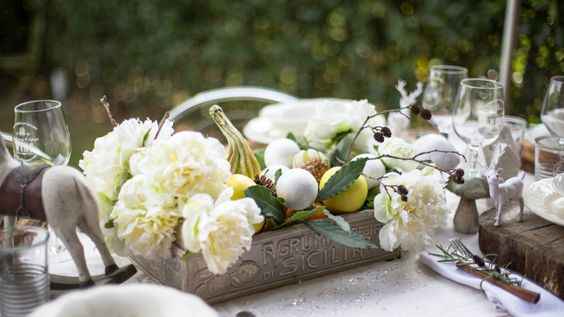 Tutto è iniziato con una passeggiata nei boschi...rientrate a casa con le tasche piene di piccole pigne, abbiamo pensato a come ricreare in tavola la magica atmosfera di un bosco innevato. Per dare il benvenuto all'invernoabbiamo quindi riempito la tavola di bianco, completandola con tantissimi dettagli naturali quali mele verdi, fiori bianchi, cavoli ornamentali, pigne e bastoncini di cannella...venite a scoprirli tutti!   Per realizzare i sottopiatti in legno naturale ci siamo fatte…