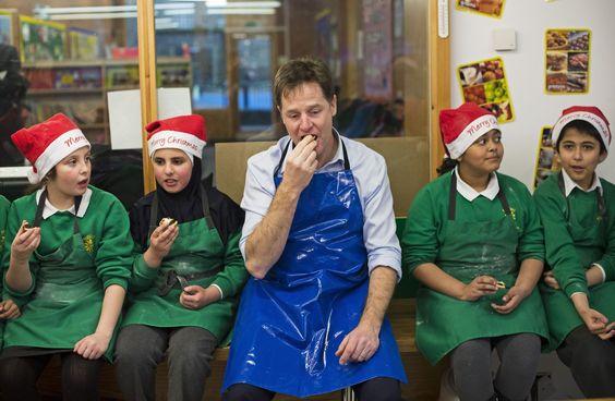 شاهد ماذا حدث حول العالم في أسبوع لندن، المملكة المتحدة نائب رئيس الوزراء نيك كليج يتناول فطيرة مع طلاب مدرسة Hallfield الابتدائية