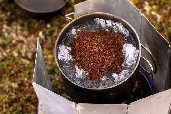 Лучше кофе в постель может быть только кофе на костре в походе.