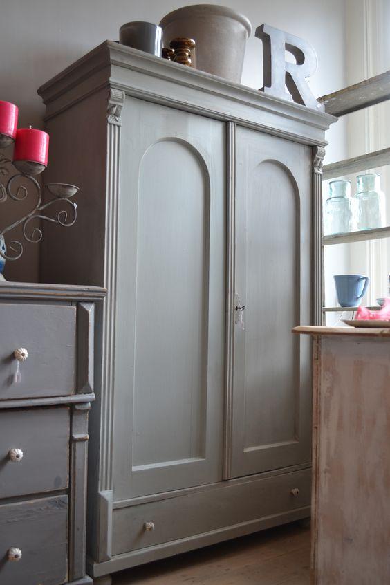 Brocante kast geschilderd in licht grijs met een vleugje olijfgroen grijs groen - Geschilderd slaapkamer model ...
