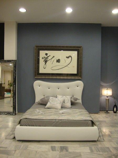 Μία κρεβατοκάμαρα με καμπύλες στο κεφαλάρι και επένδυση δέρμα με πολύ στυλ και άποψη