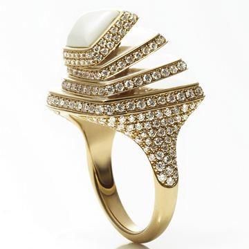 Anello con elementi quadrati in oro rosa, diamanti e smalto bianco