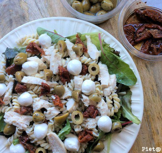 Pieta's hapjes: Pastasalade met kip, zongedroogde tomaat, mozzarella en olijven