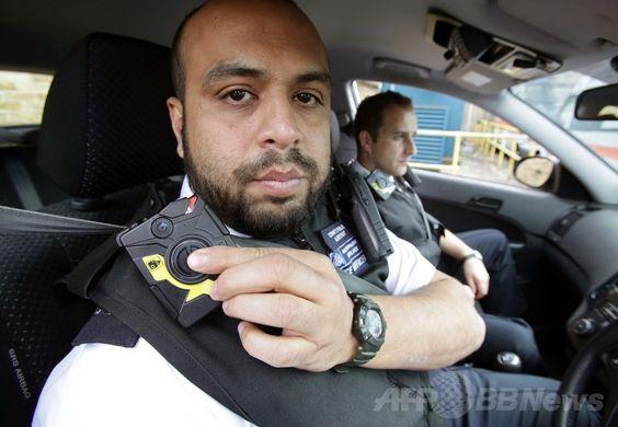 パトカーに乗っている警官