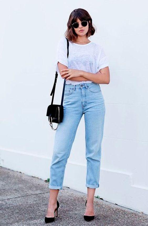 Talisa Sutton aposta em look chique e despojado com t-shirt básica, jeans e scarpin