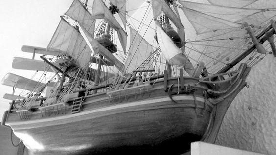 Isabel Tristan  - PLATOS - Inspiración II - Surcando mares  -Barco realizado por Antonio Tristán, padre de Isabel y quién le enseña la técnica del curvado de la madera)