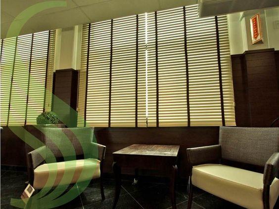 Ao escolher persianas horizontais 50 mm você poderá optar pelo acabamento com fita, escondendo assim a furação das lâminas