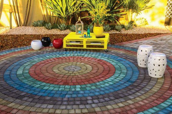 Leila Finotti e Lourdes Cavalcante inovam no uso de blocos de cimento coloridos, assentados como revestimento de piso direto na areia - solução que favorece a drenagem da água. Morar Mais Goiânia 2013.