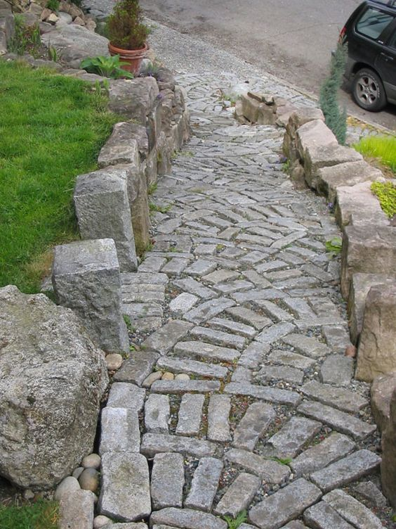 This path has a smaller number of pieces and actually features a lot of crushed stones throughout. It has pieces of the same size and shape but arranged in different ways.