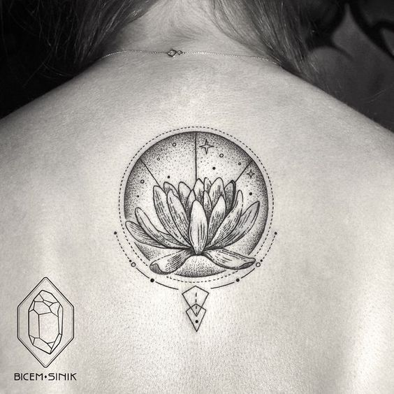 Esta tatuadora turca demuestra que menos es más con tatuajes geométricos de líneas y puntos