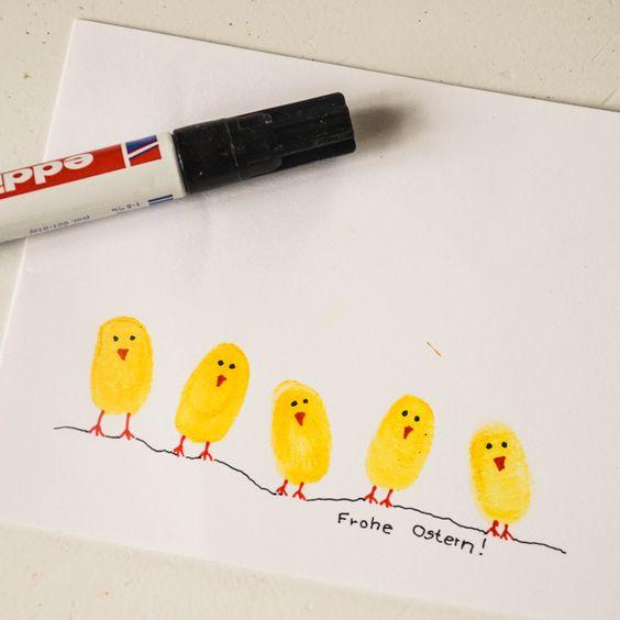 Aus Kinderfingerabdrücken lassen sich die witzigsten Sachen zaubern. Zu Ostern natürlich Küken.  Diese Karten sind schneller gemacht, als zur Post gebracht. Kind drückt Finger erst in gelbe Farbe, dann auf eine Klappkarte. Mama malt Schnabel, F�