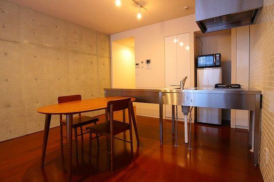 コンクリート打ちっぱなしの壁にピッタリの、総ステンレスのキッチン。キッチンには珍しく足下が見えているので、空間も広く見えます。