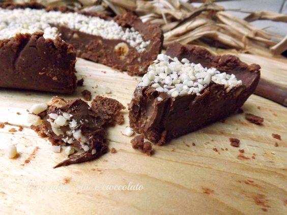 La Torta fredda Cioccolato e Nocciole,è un dolce molto cioccolatoso e tanto goloso,è ottimo da gustare nelle giornate paricolarmente calde,