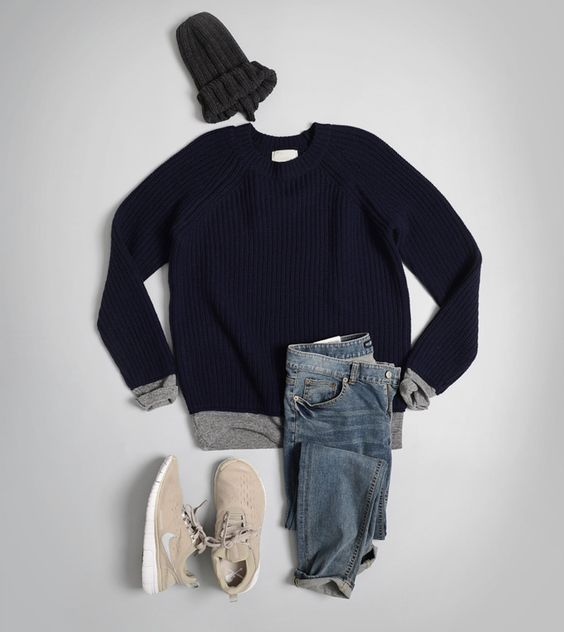 All relax: jeans, sneakers, blauwe pull, grijze t-shirt