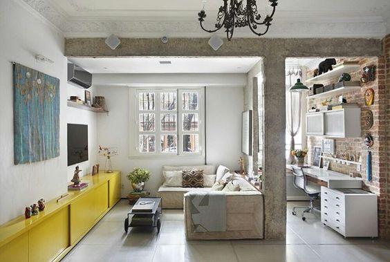 """""""Apê-delícia-térreo de 100 m² no Rio de Janeiro, onde mora a designer de interiores Natasha Frota, do escritório @garimporio. Tem piso de cimento queimado,…"""""""