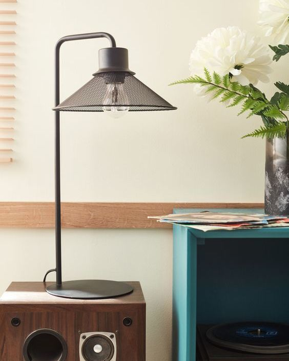 The Torino Table Lamp Is Drawn With Simple And Graphic Curves Its Wired Lampshade Gives An Industrial Style A Wire Lampshade Table Lamp Industrial Style
