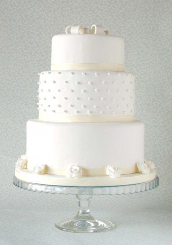 Mooie witte bruidstaart / taart met een heerlijk citroenvulling.  Baked by Isabelle -  For the sweetness in life