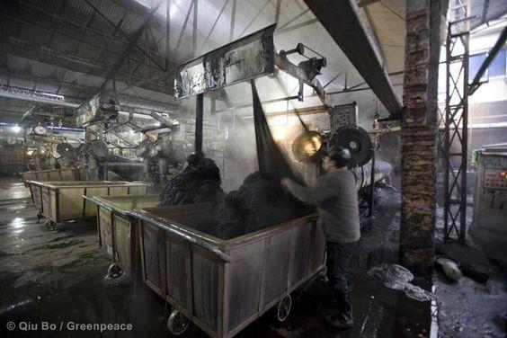 The dying process at the Fushihao Dyeing Factory.    Shaoxing Paojiang Industry Zone, Zhejiang. © Qiu Bo / Greenpeace